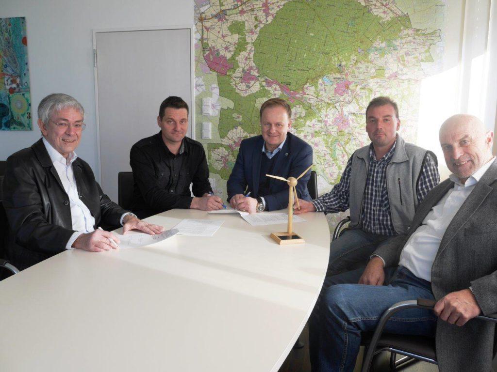 Am 13.12. um 14:00 Uhr wurde im Landratsamt der Vertrag über die Stromvermarktung des Windrades Bruck mit dem Virtuellen Kraftwerk der REGE unterschrieben