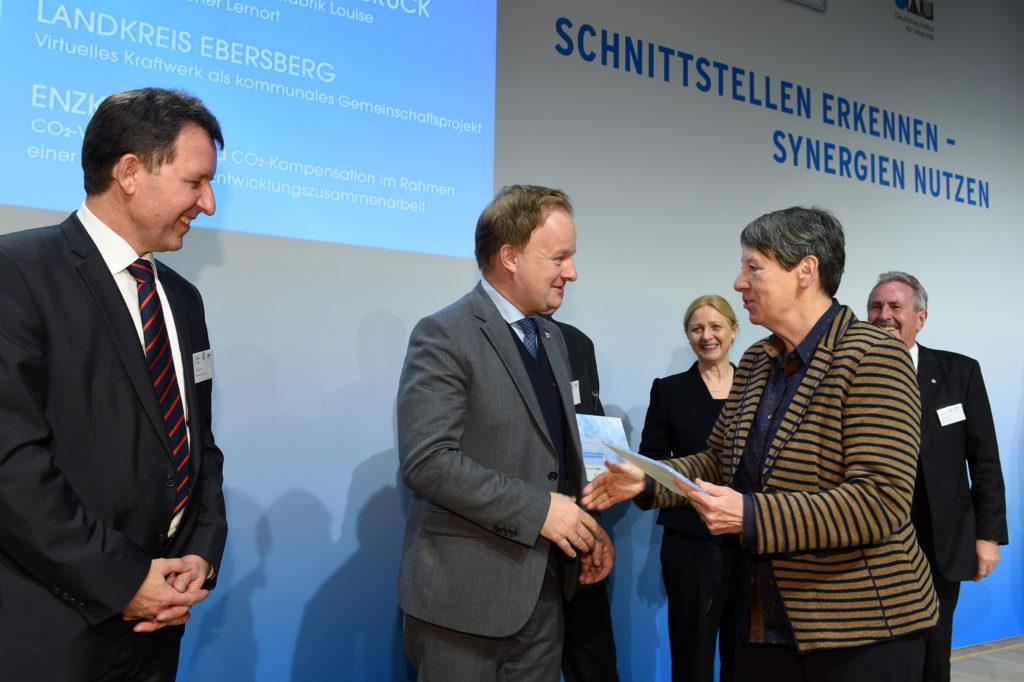 Bundesumweltministerin Barbara Hendriks gratuliert Robert Niedergesäß